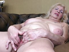 Poredni babica igra z njeno kosmato muco