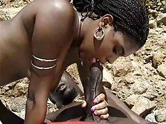 Črna milf z kosmato muco uživajo bbc na plaži