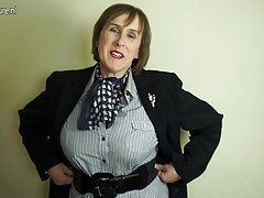 Poredni britanski mature mama igra z njeno kosmato muco